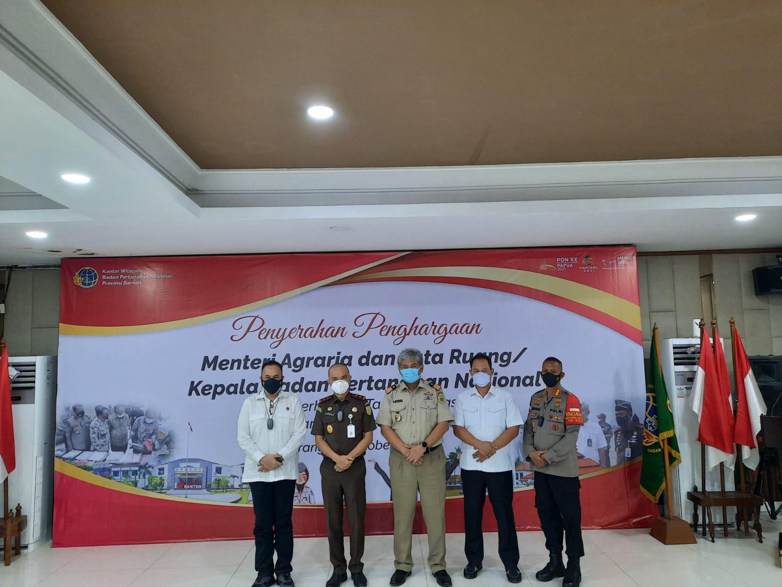 Kementerian Agraria dan Tata Ruang Badan Pertanahan Nasional RI memberikan penghargaan kepada penyidik Satgas Mafia Tanah