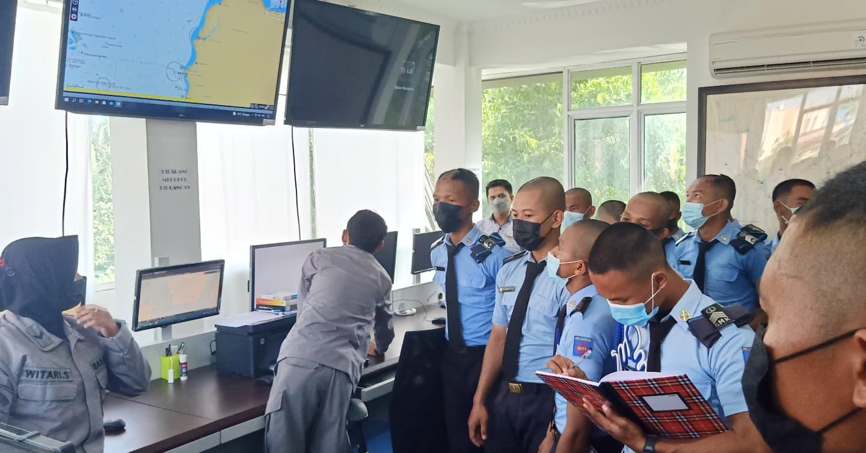 Taruna SMKN 1 Perikanan Pemangkat Kelas XII Nautika Kapal Penangkap Ikan (NKPI) didampingi guru komunikasi Nautika Ismail,