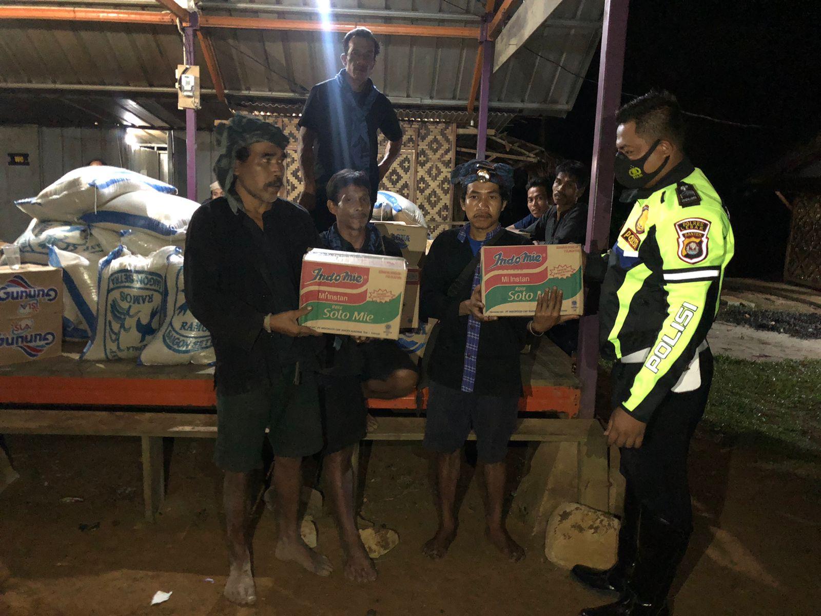 Pasca Kebakaran Polres Lebak Polda Banten memberikan bantuan sembako kepada korban kebakaran di Kampung Cepak Huni Desa Kanekes,