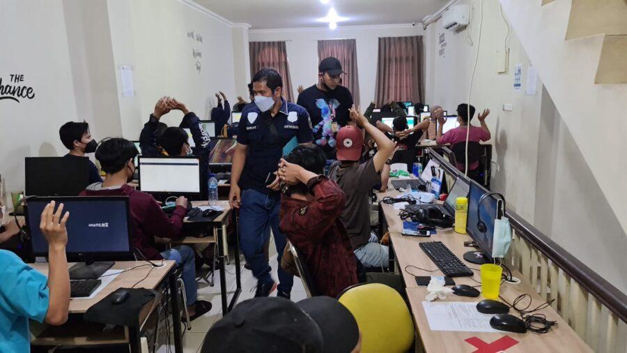 Satreskrim Polres Metro Jakarta Pusat menggerebek sebuah Ruko yang diduga dijadikan kantor sindikat pinjaman online di kawasan Jakarta Barat