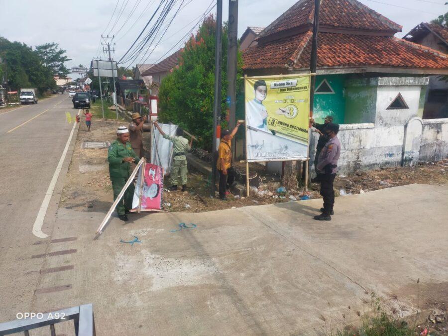Polsek Panimbang, Polres Pandeglang, Polda Banten melakukan pengawalan pencopotan baliho atau atribut para calon kepala desa di masa tenang