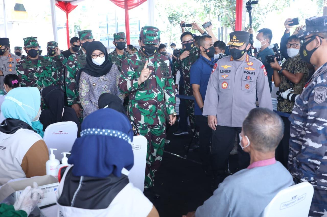 Tiba di RSNU Panglima TNI dan Kapolri disambut oleh Bupati Banyuwangi Ibu Ipuk Fiestiandani Azwar Anas dan Ketua PCNU H. Mohammad Ali