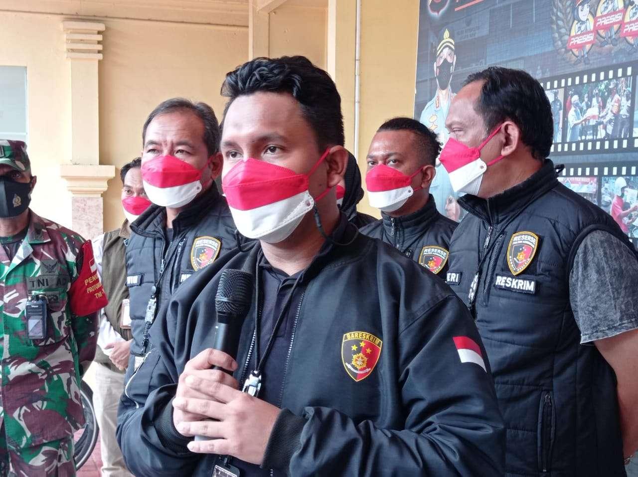 Petugas kepolisian dari Polsek Kembangan Jakarta Barat menangkap sekitar 8 remaja yang terlibat aksi tawuran Jalan Kembangan Utara