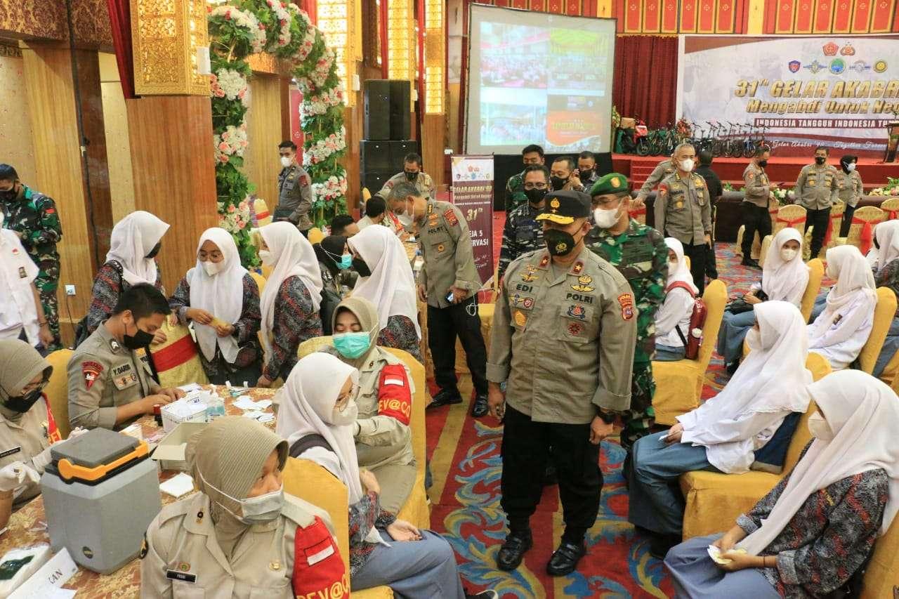 Ribuan warga mengikuti vaksinasi massal yang diselenggarakan Alumni Angkatan Bersenjata Republik Indonesia (Akabri) angkatan 1990