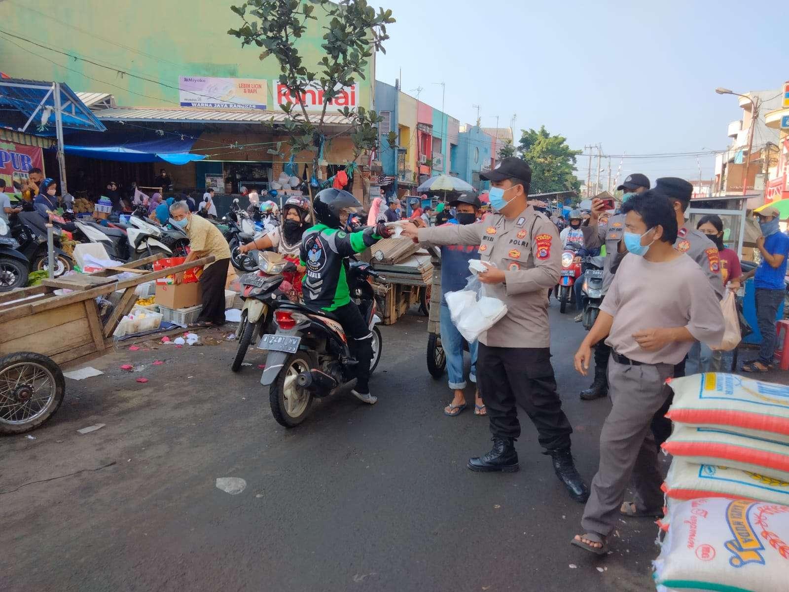 Belum berakhirnya pandemi covid-19, Posko Mobile Masker Polres Lebak Polda Banten Keliling Himbau Prokes dan Bagikan Masker ke Warga