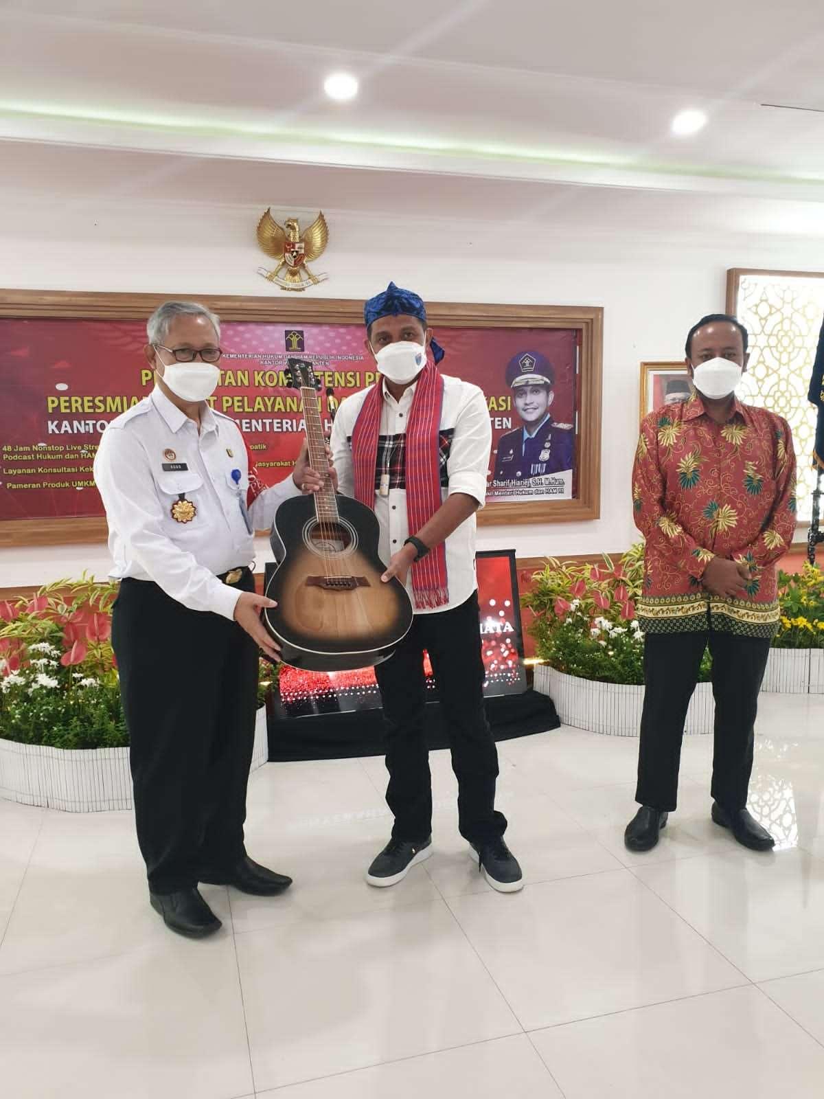Kepala Kantor Wilayah ( Kakanwil ) Kementerian Hukum dan HAM Banten, Agus Toyib dalam memberikan Cinderamata Hasil Karya