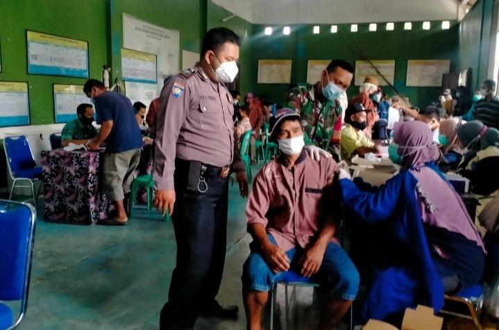 Polsek Bayah Polres Lebak dan Nakes Puskesmas Bayah menggelar kembali Gebyar vaksinasi Covid-19 Dosis 1 Warga Desa Pasirgombong